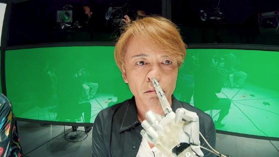 鼻に指を入れる