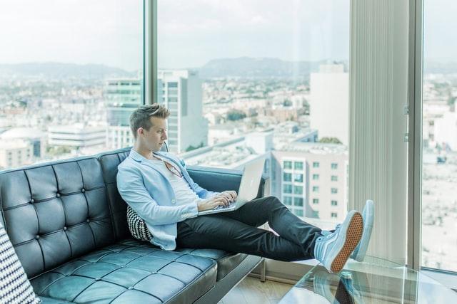 「会社を辞めたい人は個人で稼ぐ力を身につけると楽になります」のアイキャッチ画像